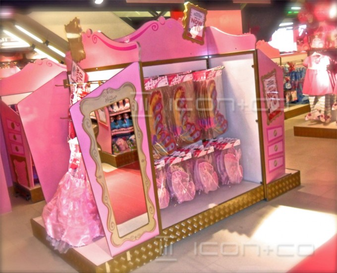 Shop retail display manufacturers, themed display gondolas, custom treatment, display props, innovative creative distinctive displays, hamleys, VM visual merchandising,bespoke display props