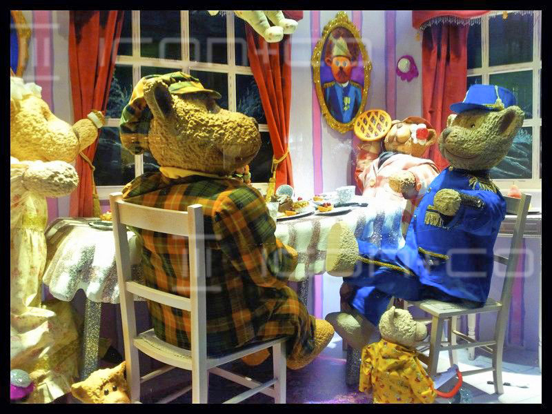 Christmas window display artists, animatronic, animated, prop makers display props, teddy bears, picnic, hamleys xmas, regent street london